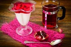 Gelatina saporita dolce del melograno con tè Fotografia Stock