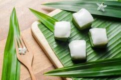 Gelatina tailandese con la crema della noce di cocco sulla foglia verde della banana Immagine Stock