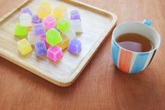 Gelatina variopinta croccante sul piatto di legno con tè Fotografie Stock Libere da Diritti