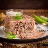 Gelatine con la carne, áspide de la carne de vaca, plato ruso tradicional, porción fotografía de archivo