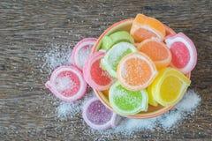 Gelatine el dulce, fruta del sabor, postre del caramelo colorido en arco de cerámica Foto de archivo libre de regalías