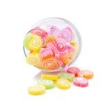 Gelatine el postre dulce del caramelo de la fruta del sabor colorido en los tarros de cristal encendido Foto de archivo libre de regalías