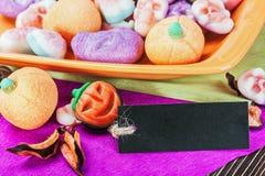 Gelatine los caramelos para el día de fiesta Halloween y las etiquetas negras para el co Foto de archivo libre de regalías