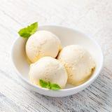 Gelato alla vaniglia con la menta in prodotto biologico casalingo della ciotola Immagini Stock