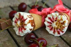Gelato alla vaniglia della ciliegia con la guarnizione del caramello closeup fotografia stock