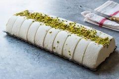 Gelato alla vaniglia di Maras del turco con la polvere del pistacchio fotografia stock libera da diritti