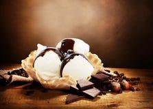 Gelato alla vaniglia nel canestro della cialda Immagini Stock Libere da Diritti