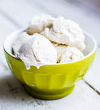Gelato alla vaniglia su fondo bianco Fotografia Stock Libera da Diritti