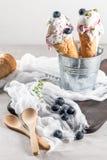 Gelato casalingo dei mirtilli nei coni della cialda e nel blueber fresco immagini stock