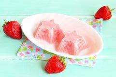 Gelato casalingo della fragola Gelato fresco e saporito della fragola su un piatto Yogurt congelato della fragola fotografia stock