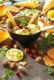 Gelato con i pistacchi ed i coni gelati, con le bacche, min Immagine Stock