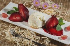 Gelato con la frutta Gelato del lampone nel overhe bianco del piatto Fotografie Stock
