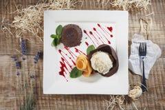 Gelato con la frutta Gelato del lampone nel overhe bianco del piatto Fotografia Stock Libera da Diritti