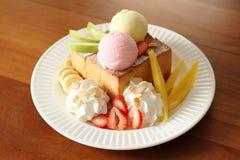 Gelato con pane e frutta fotografia stock