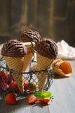 Gelato del cioccolato con le fragole Fotografie Stock Libere da Diritti