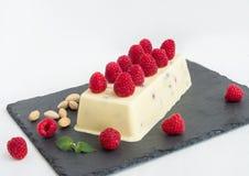 Gelato del formaggio con il lampone ed i pistacchi freschi Immagine Stock Libera da Diritti