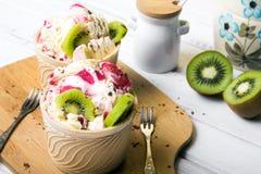 Gelato delizioso in una tazza con i frutti saporiti Immagini Stock