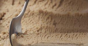 Gelato della pralina della nocciola del primo piano che scava con il cucchiaio immagine stock