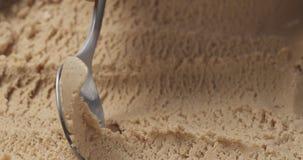Gelato della pralina della nocciola del primo piano che scava con il cucchiaio immagini stock libere da diritti