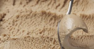 Gelato della pralina della nocciola del primo piano che scava con il cucchiaio immagine stock libera da diritti