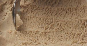 Gelato della pralina della nocciola del primo piano che scava con il cucchiaio fotografia stock