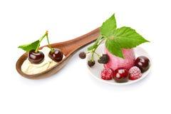 Gelato e ciliegia della frutta isolati su fondo bianco Fotografia Stock Libera da Diritti