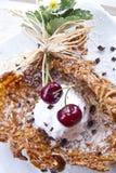 Gelato e ciliegia della noce di cocco Fotografia Stock