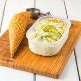 Gelato italiano di gelato del pistacchio in scatola Immagine Stock
