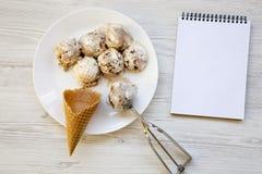 Gelato in piatto bianco con i coni dolci, cucchiaio per il gelato e taccuino, vista superiore Da sopra, Fotografia Stock Libera da Diritti
