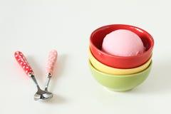Gelato rosa in una tazza ceramica rossa su fondo bianco immagine stock
