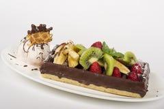 Gelatoroomijs met Chocolade, Wafel en Fruit Stock Afbeeldingen
