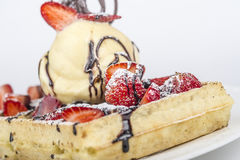 Gelatoroomijs met Chocolade, Wafel en Fruit Royalty-vrije Stock Foto