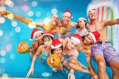 Gelaufene Mischgruppe von neun Leuten, die Weihnachten feiern Lizenzfreie Stockfotografie