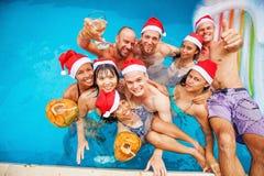 Gelaufene Mischgruppe von neun Leuten, die Weihnachten feiern Stockfoto