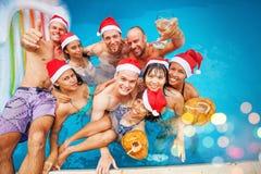 Gelaufene Mischgruppe von neun Leuten, die Weihnachten feiern Lizenzfreies Stockbild