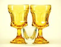 Gelb aufgehaltenes trinkendes glasse Lizenzfreie Stockbilder