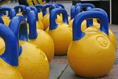 Gelb-blaue Gewichte für Sport Lizenzfreies Stockfoto