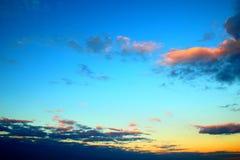 Gelb-blauer Himmel mit hellen Wolken stockfotos