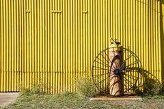 Gelb corrtugated Wandhintergrund Stockfotografie