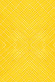 Gelb deckt Hintergrund mit Ziegeln Stockbild