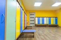 Gelb färbte bunte Umkleidekabine im Kindergarten stockfotos