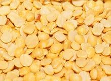 Gelb färbte Hälfte aufgeteilte Kichererbse Stockfotos