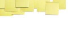 Gelb farbige klebrige Papieranmerkungen. Stockbild