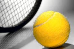 Gelb-Filz-Tennis-Kugel und Sport-Schläger Lizenzfreie Stockfotos