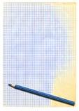 Gelb gefärbtes quadriertes Papier und Bleistift Lizenzfreie Stockfotos