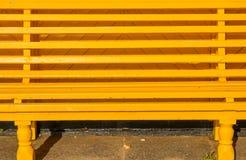 Gelb gemalte Sitzbank Stockfotografie
