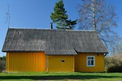 Gelb gemaltes Holzhaus Stockfotografie