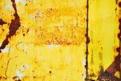 Gelb gemaltes Metall mit Rostbeschaffenheit lizenzfreie stockfotos