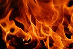 Gelb-orangee Flammen der Feuernahaufnahme lizenzfreies stockfoto