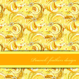 Gelb-orangeer Pfau versieht Musterhintergrund mit Federn Textplatz Lizenzfreies Stockbild